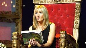 J. K. Rowling con un libro de Harry Potter en el 2006