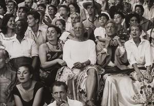Picasso en los toros, imagen donde el artistaaparece junto a su entonces mujer, Jacqueline Roque, tomada porJan Adam Stevens, que le retratócon sufamilia y amigos en verano de 1955 en Vallauris (Francia). La foto forma parte de la muestra del Museo Picasso sobre sus últimas adquisiciones y donaciones y no se ha expuestoal públicohasta ahora.