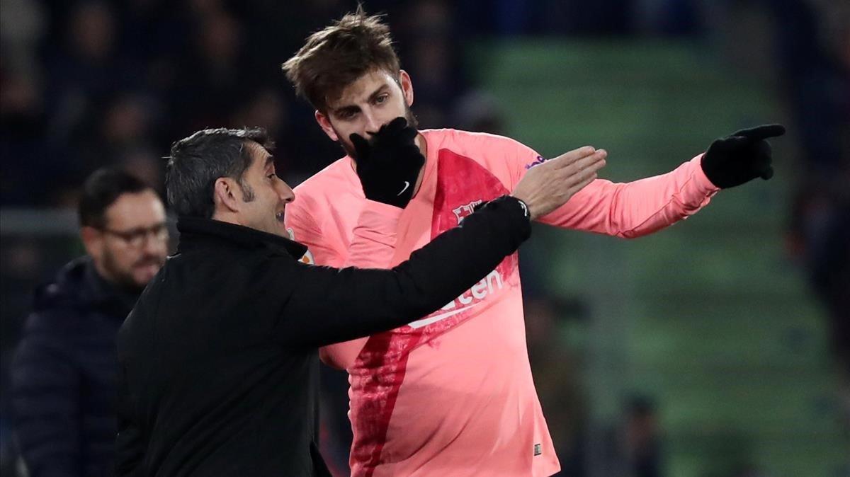 Piqué charla con Valverde en el Coliseum Alfonso Pérez durante el Getafe-Barça.