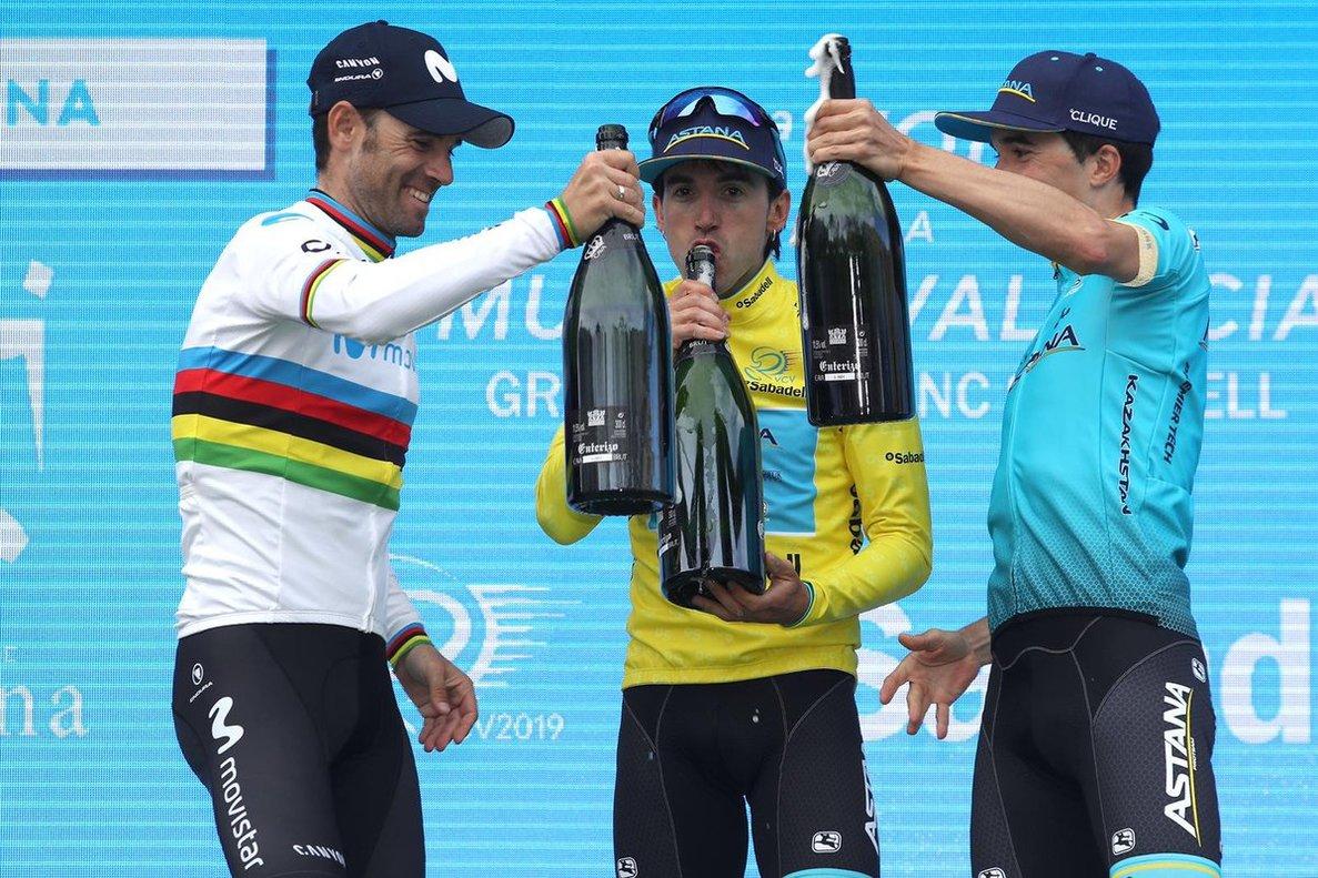 Fiesta en el podio final de la Volta a la Comunitat Valenciana. En el centro, Izagirre, junto a Valverde (izquierda) y su compañero del Astana Pello Bilbao, tercero en la clasificación.
