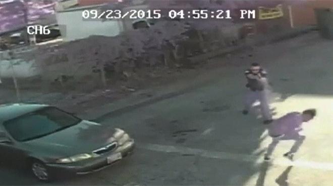 En las imágenes se observa que el chico finge arrojar un arma después de que fuese apresado por un delito relacionado con las drogas.