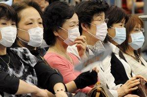 EKB26 YOKOHAMA (JAPÓN) 02.05.09.- Seis mujeres japonesas con máscaras observan un partido de tenis de mesa durante los Campeonatos del Mundo que se celebran en Yokohama, Japón, hoy sábado 02 de mayo. Después de las recomendaciones de la Organización Mundial de la Salud, los japoneses han comenzado a tomar precauciones contra la gripe A (H1N1) que tuvo su origen en México. EFE/Everett Kennedy Brown