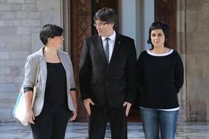 El president Carles Puigdemont y las diputadas de la CUP Mireia Boya y Anna Gabriel, en febrero.