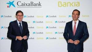 El presidente de Bankia, José Ignacio Goirigolzarri, y el consejero delegado de CaixaBank, Gonzalo Gortázar, en la presentación de la fusión de las dos entidades.