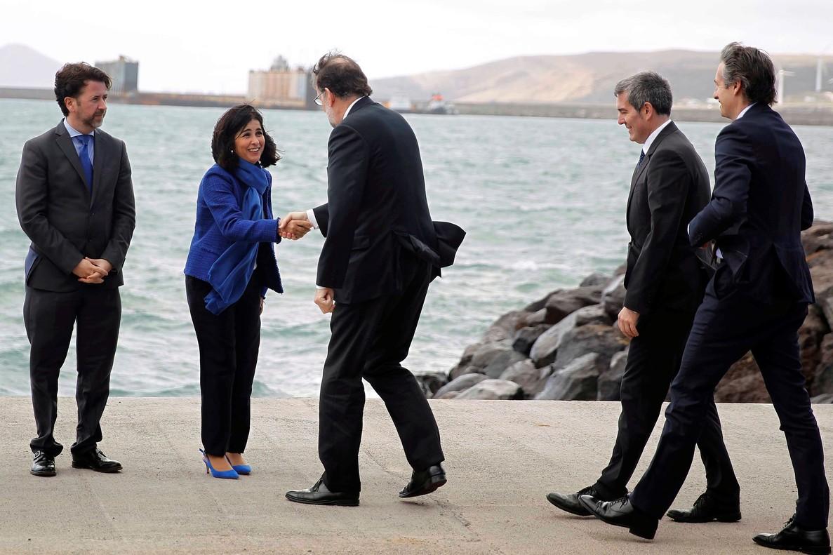 El presidente del Gobierno, Mariano Rajoy, acompañado por el ministro de Fomento, Íñigo de la Serna,y del presidente del Gobierno de Canarias, Fernando Clavijo, saluda a la presidenta del Parlamento de Canarias, Carolina Darias, antes de inaugurar el puerto de Granadilla en la isla de Tenerife.