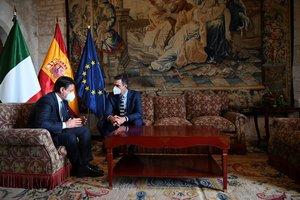 El presidente del Gobierno, Pedro Sánchez, y el primer ministro italiano, Giuseppe Conte, durante la XIX Cumbre entre España e Italia, este 25 de noviembre en el palacio de la Almudaina de Palma de Mallorca.