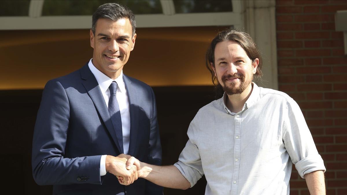 El presidente del Gobierno, Pedro Sanchez, y el secretario general de Podemos, Pablo Iglesias, en el Palacio de la Moncloa, el pasado septiembre.