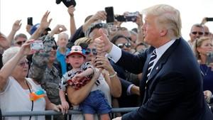El presidente Trump saluda a su llegada al aeropuerto de Charlotte, el viernes.