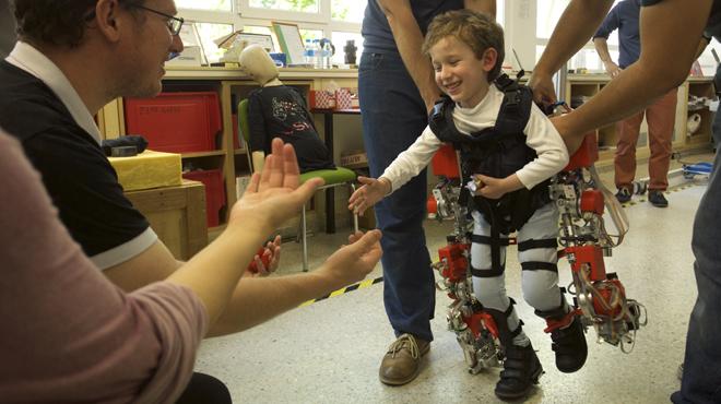 El Consejo Superior de Investigaciones Científicas (CSIC) presentael primer exoesqueleto del mundo dirigido a niños con atrofia muscular espinal, que se halla ahora en fase de experimentación.