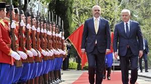 El primer ministro montenegrino, Dusko Markovic (derecha)recibe a su homologo albanes, Edi Rama, en Podgorica, capital de Montenegro.