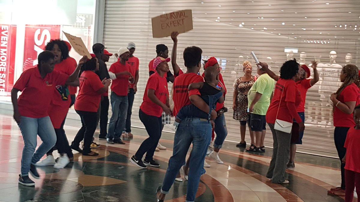 Protestas ante una tienda de H&M en Ciudad del Cabo.