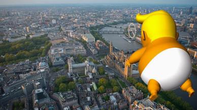 Un globo-protesta 'desnuda' a Trump