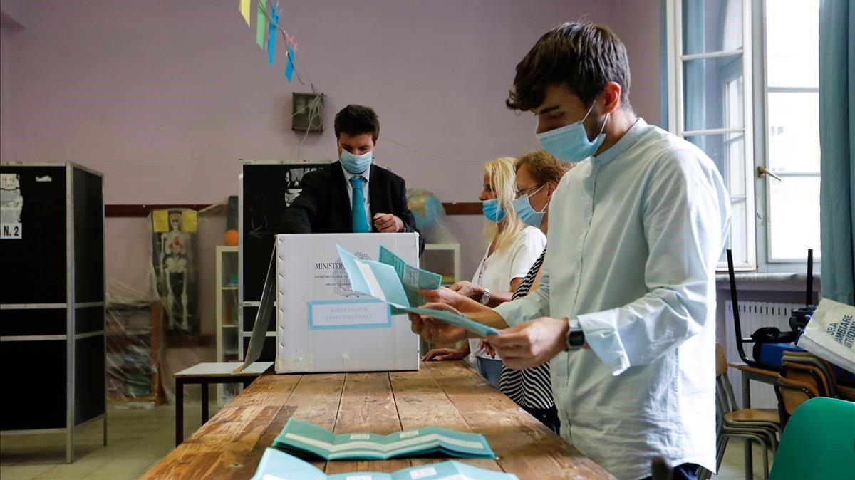 Recuento de papeletas del referéndum en un colegio electoral de Roma, este lunes.