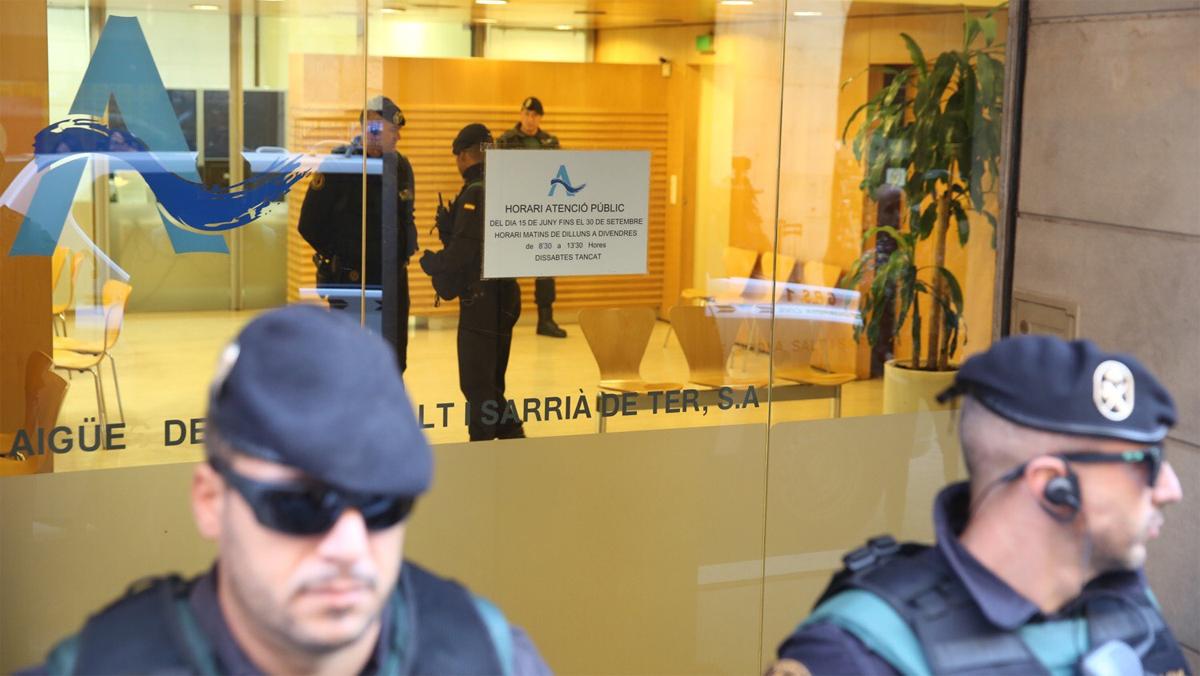 La Guardia Civil registra las instalaciones de la empresa Aigües de Girona, este martes. JOAN CASTRO (ICONNA) / VÍDEO: ATLAS