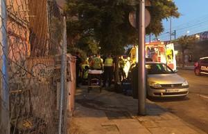 Los servicios de Emergencias atienden al herido por una puñalada en la calle Convenio.
