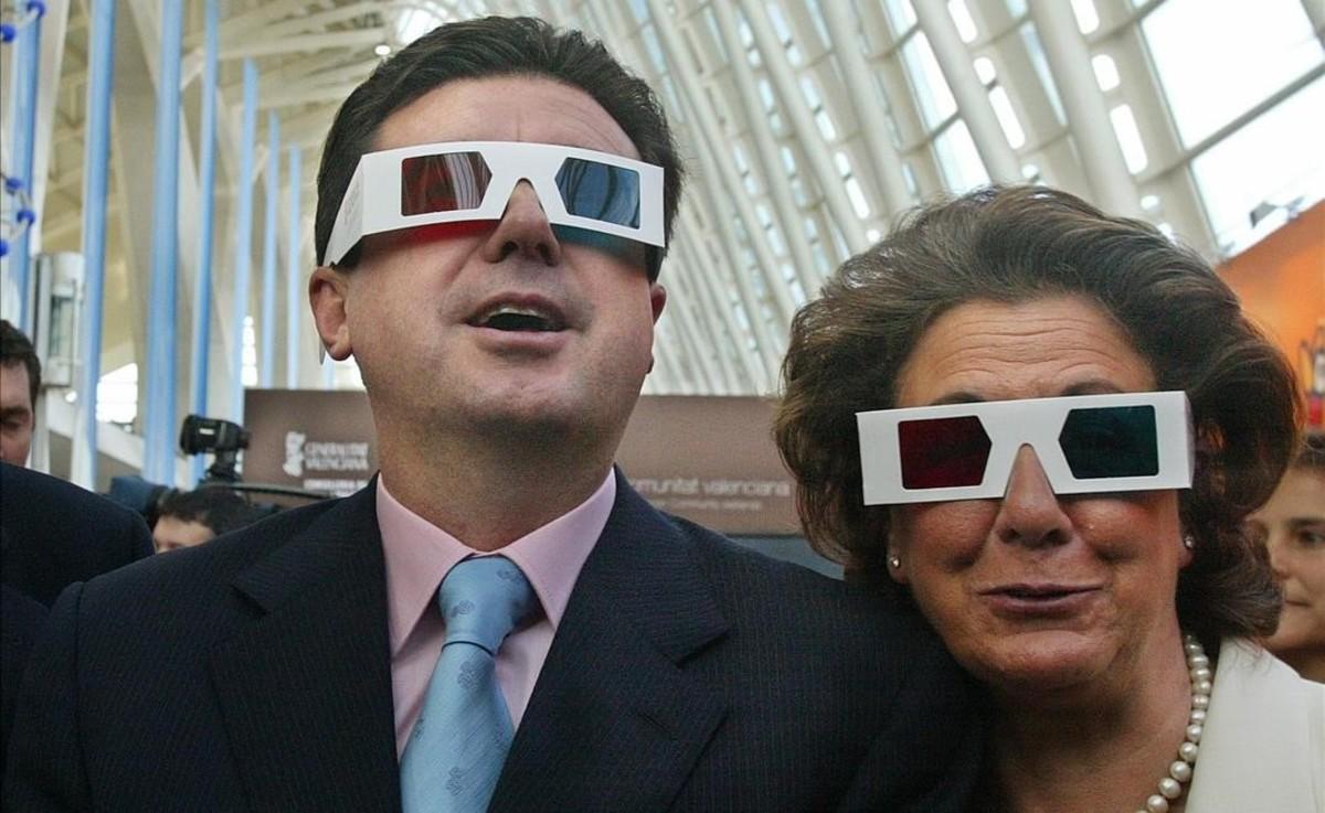 Junto a Jaume Matas portando unas gafas 3D, en noviembre del 2002.