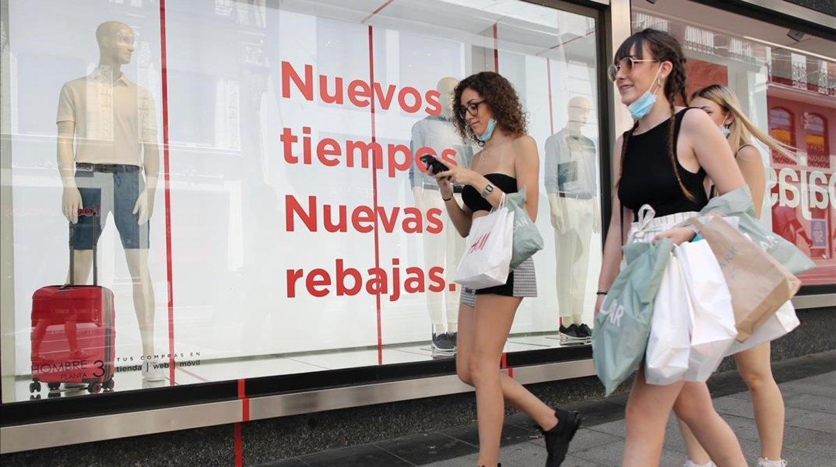 Jóvenes de compras tras la apertura de las rebajas de la verano.