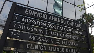 Rótulos exteriores del edificio donde tiene su sede Mossack Fonseca en Panamá, el 3 de abril del 2016.