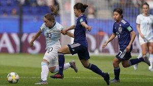 La capitana argentina, Estefanía Banini, intenta zafarse de la japonesa Sugita, este lunes.