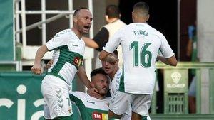 Los jugadores del Elche celebran el gol del triunfo ante el Girona.