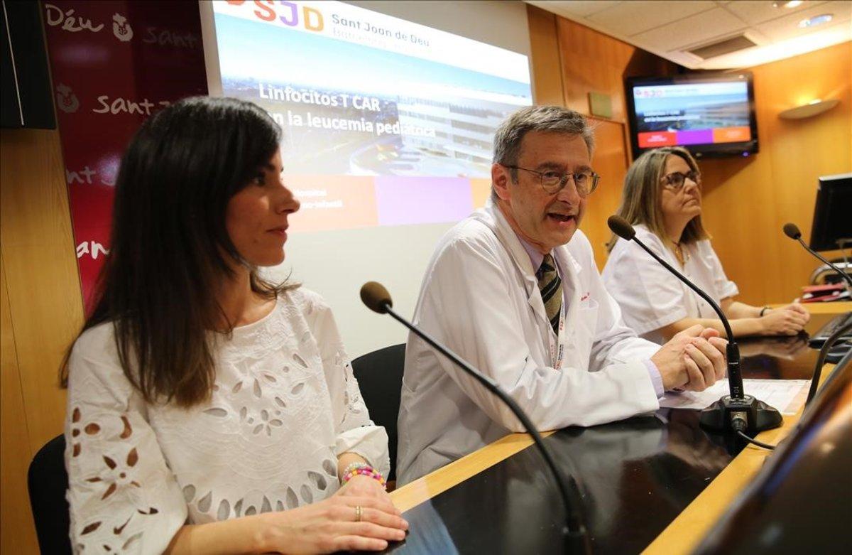 De izquierda a derecha, Marina, la madre del paciente, el doctor Miquel Pons y la doctora Susana Rives.