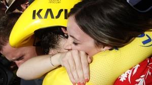 Geraint Thomas se abraza a su mujer, Sarah Elen, tras sentenciar el Tour en Espelette.