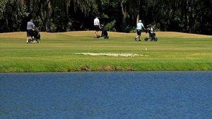 Unos aficionados juegan a golf en Tampa (Florida), el pasado fin de semana.