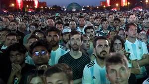 Seguidores argentinos siguen el partido en una pantalla gigante en Moscú.