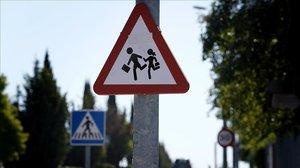 La señal de tráfico de zona escolar