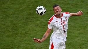 Sergej Milinkovic-Savic cabecea el balón durante el partido contra Costa Rica.