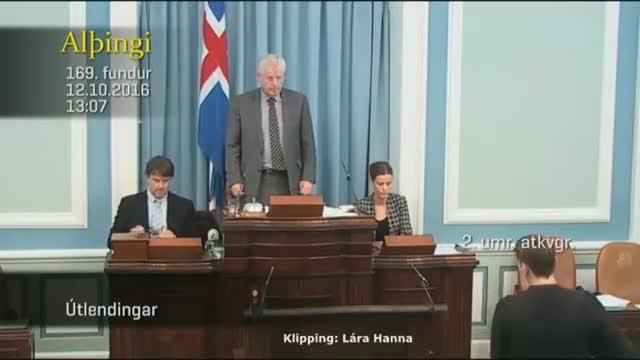 Sesión en la que la diputada islandesa sorprende a sus colegas amamantando a su bebé en la tribuna de oradores.