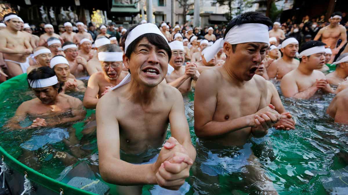 Lo hacen, como todos los años, para purificar sus almas y desear buena salud en el nuevo año.