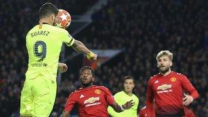 Suárez cabecea en la jugada del 0-1 tras centro de Messi.