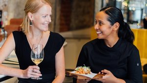 La sumiller Erin Nixon y la cocinera Laila Bazahm, en La Catalista.
