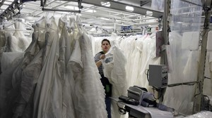Taller de confección de vestidos de Rosa Clará en Hospitalet de Llobregat.
