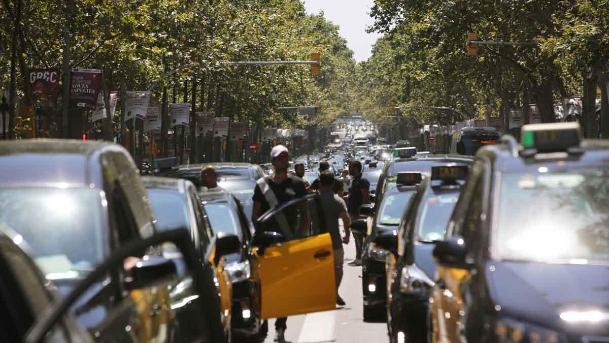 El taxi colapsa la Gran Vía de Barcelona