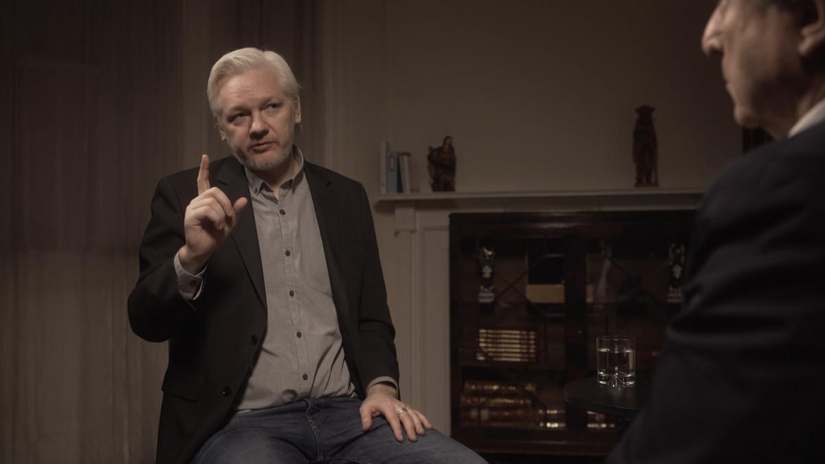 Julian Assange, con Iñaki Gabilondo, en el programa de Movistar+ Cuando ya no esté.