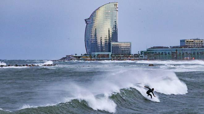 La borrasca Gloria azota las playas de Barcelona.