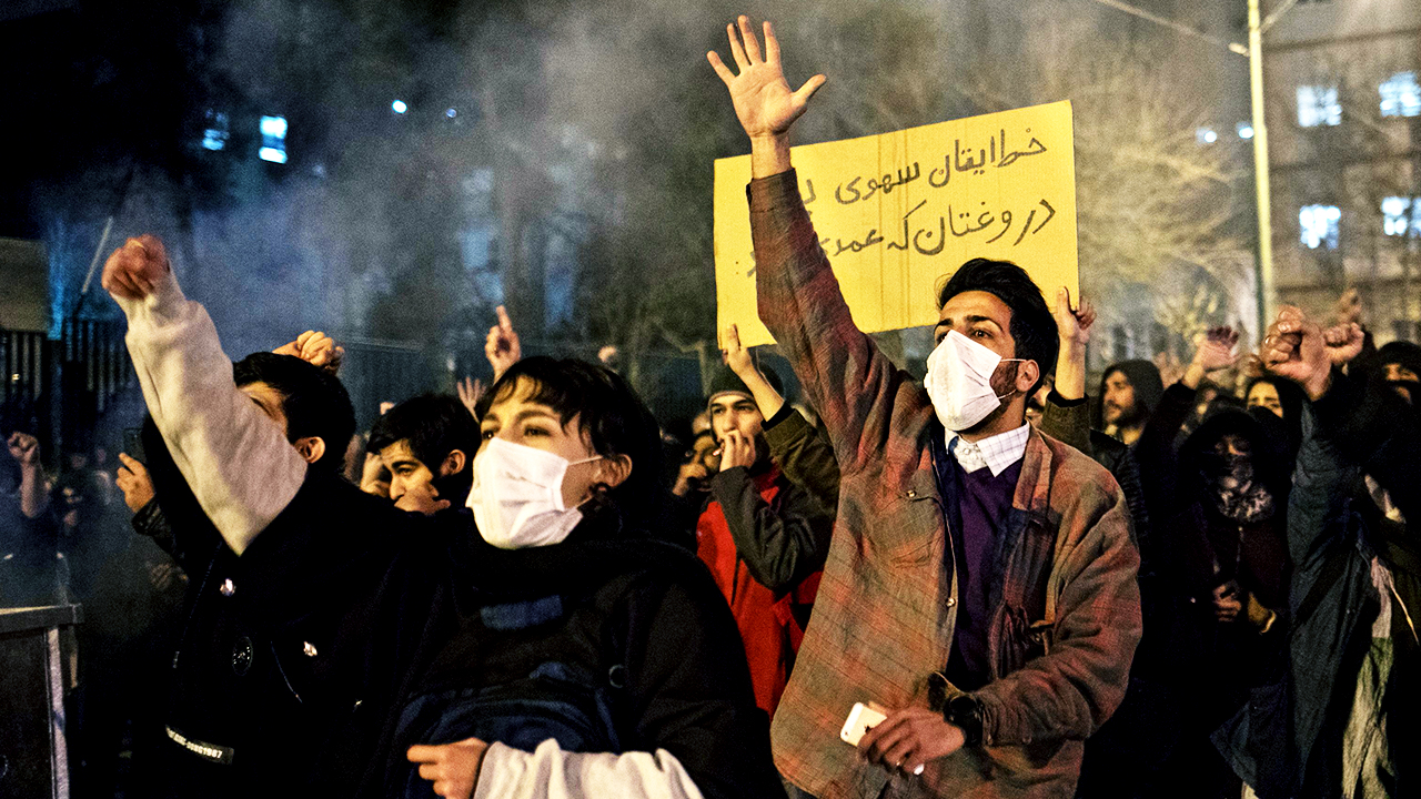 ¡No tenéis honor! Cientos de jóvenes protestan contra el régimen iraní por ocultar la verdad sobre el avión derribado.
