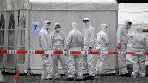 Un grupo de especialistas realizan tests decoronavirus en una planta procesadora de carne en Hamm, en el oeste de Alemania, este domingo.