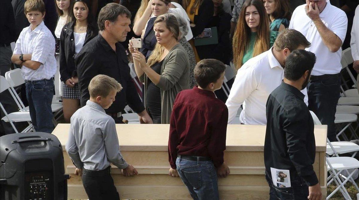 Resultado de imagen para familia Lebarón empieza a enterrar