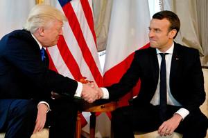 Trump y Macron se miran durante el estrecho apretón de manos que protagonizaron en la cumbre de la OTAN en Bruselas.