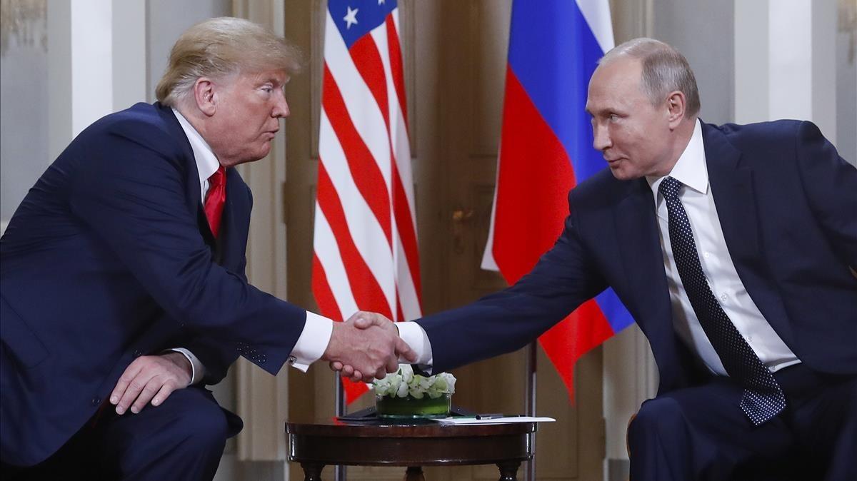 Trump y Putin se saludan en Helsinki.