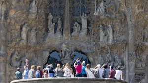 Turistas ante la Sagrada Familia.