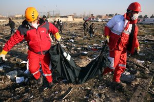 Shahriar (Iran (islamic Republic Of)), 08/01/2020.- Members of the International Red Crescent collect bodies of victims around the wreckage after an Ukraine International Airlines Boeing 737-800 carrying 176 people crashed near Imam Khomeini Airport in Tehran, killing everyone on board, in Shahriar, Iran, 08 January 2020. (Ucrania, Teherán) EFE/EPA/ABEDIN TAHERKENAREH