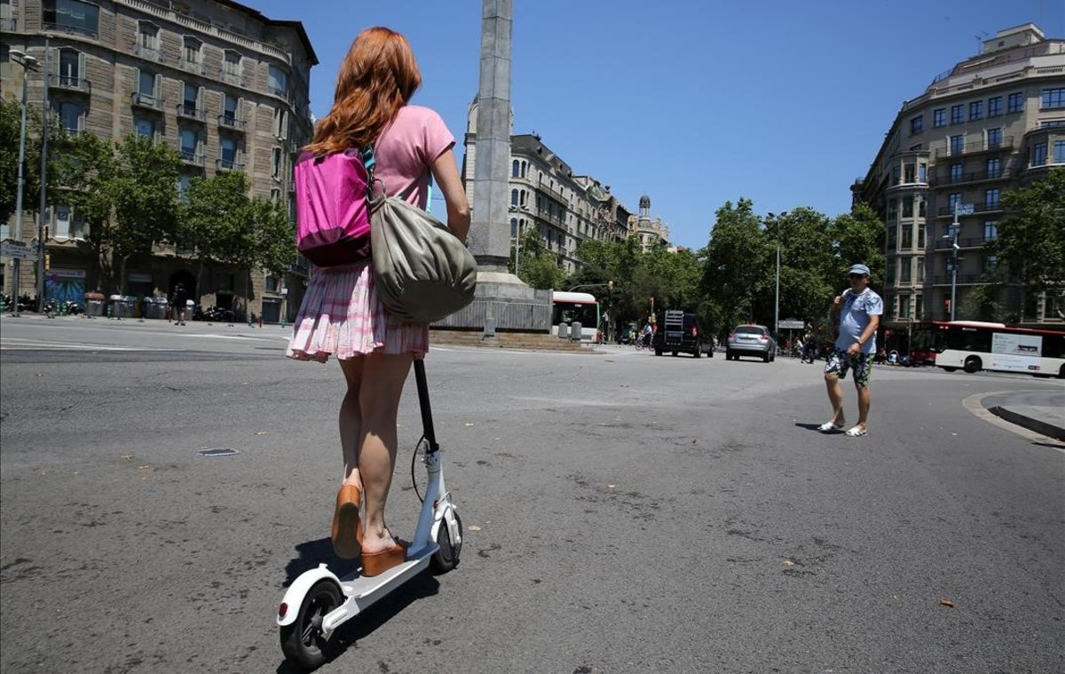 Una mujer en patinete.