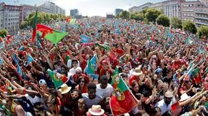 Una multitud aclama a la selección en la Alameda Dom Afonso Henriques de Lisboa.