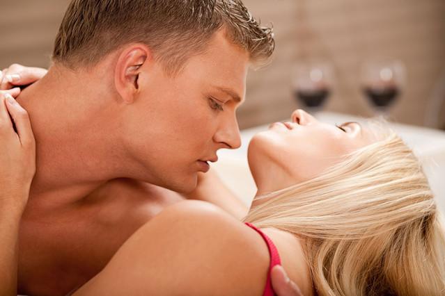 Una pareja practicando sexo.