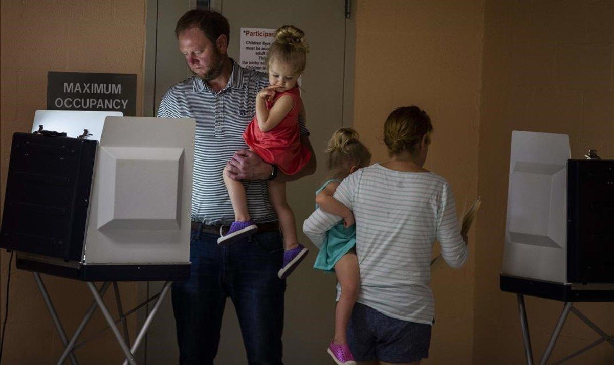 Una pareja vota junto a sus hijos en la localidad de Tallahassee, en Florida, el pasado martes.