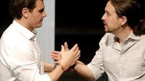 Albert Rivera y Pablo Iglesias se saludan en un debate en las elecciones del 2015, en la Universidad Carlos III.